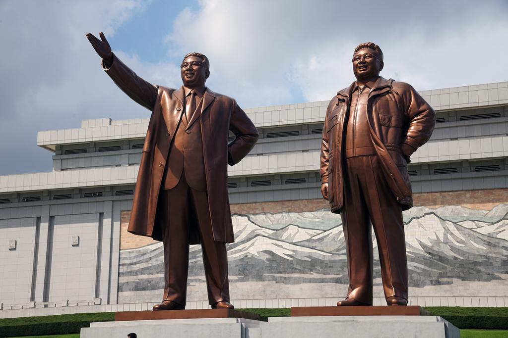 北朝鮮 金日成と金正日の巨大な銅像